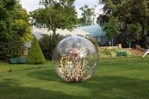 Danseuse dans une bulle en extérieur